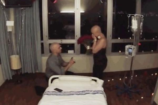 Της έκανε πρόταση γάμου την τελευταία μέρα της χημειοθεραπείας της (video)