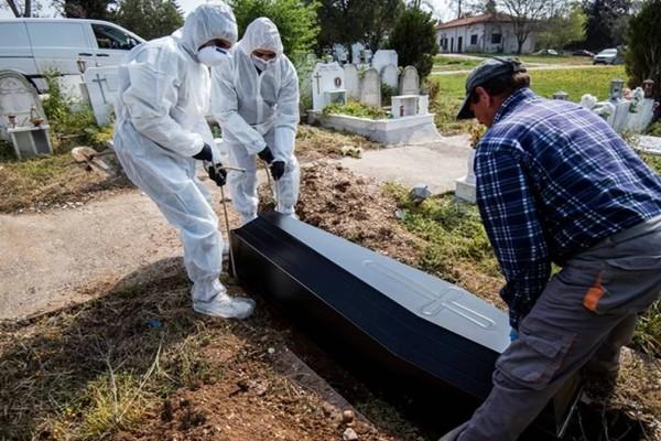 Σάλος σε κηδεία στη Θεσσαλονίκη - Μπέρδεψαν τους νεκρούς - «Ξένη οικογένεια έθαψε τον πατέρα μου»
