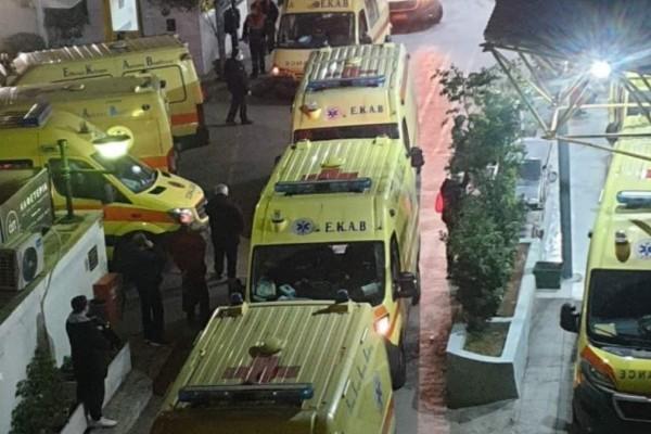 Κορωνοϊός: «Εφιαλτική» εφημερία στον «Ευαγγελισμό» - Η φωτογραφία με τα ασθενοφόρα που ανατριχιάζει (photo-video)