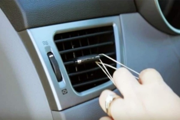 Πήρε ένα λαστιχάκι και το τύλιξε στο αυτοκίνητο - Όταν δείτε τον λόγο θα το κάνετε και εσείς (Video)