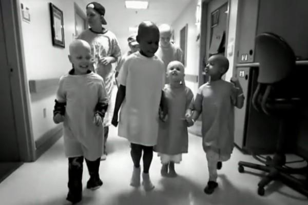 Έτρεξαν και κρύφτηκαν σε ένα από τα δωμάτια του έρημου νοσοκομείου - Εκεί όμως κρύβονταν η ευτυχία… (Video)