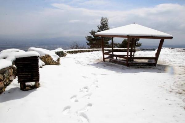 Καιρός: Χιονίζει στην Πάρνηθα