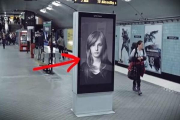 Φαίνεται σαν μία κανονική πινακίδα - Δείτε τι θα γίνει μόλις περάσει το τρένο… (Video)
