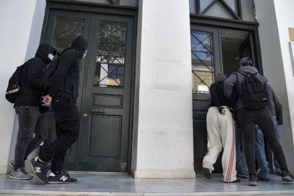 Επεισόδια στη Νέα Σμύρνη: Προφυλακίστηκε και τρίτο άτομο για την επίθεση στον αστυνομικό