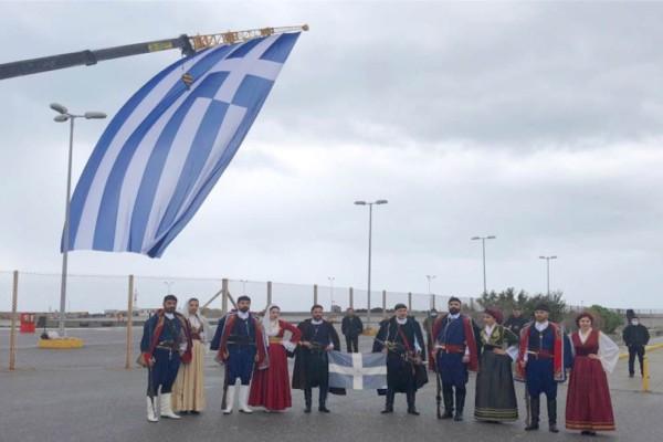 Ρέθυμνο: Υψώθηκε Ελληνική σημαία 300 τ.μ. στη μαρίνα (Video)