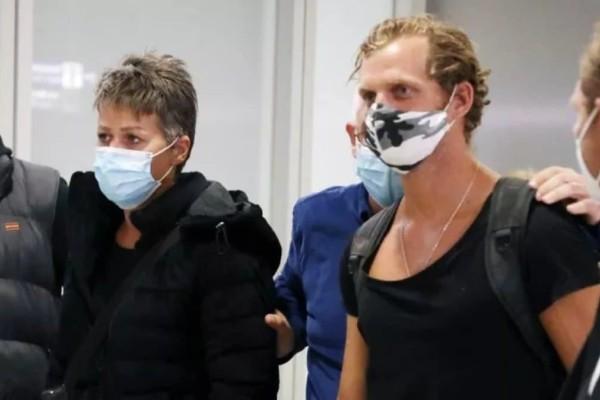 Survivor 4: Γύρισαν στην Ελλάδα η Σοφία και ο Κρις - Με γύψο στο πόδι η πρώην «κόκκινη» παίκτρια