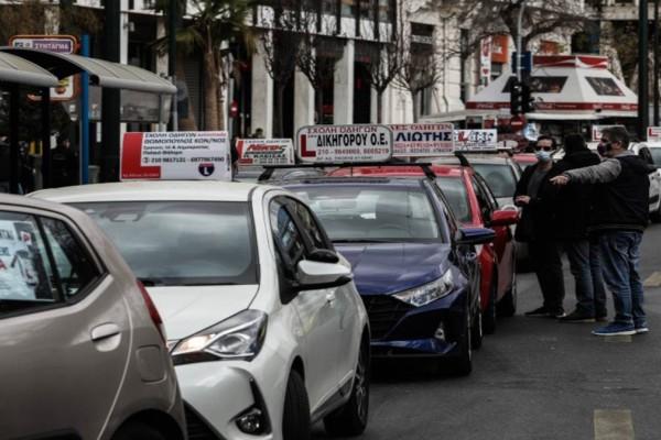 Διαμαρτυρία σχολών οδηγών: Έφτασαν με αυτοκινητοπομπή στο Σύνταγμα