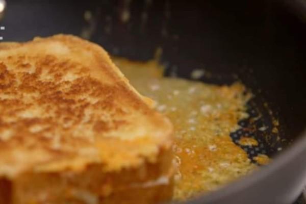 Ο πιο εύκολος τρόπος για να φτιάξετε λαχταριστά τηγανόψωμα με τυρί - Έτοιμα σε 3 λεπτά! (Video)