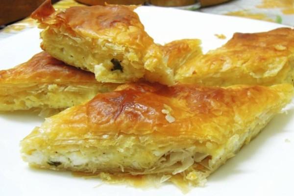 Πανεύκολη και πεντανόστιμη τυρόπιτα με λίγα υλικά - Το τυρί που κάνει τη διαφορά