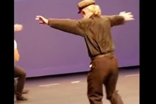 Λεβέντης παππούς χορεύει το πιο συγκινητικό ζεϊμπέκικο