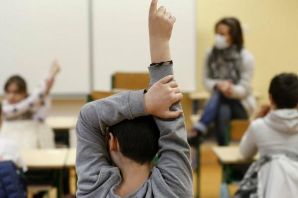 Σχολεία: Πότε ανοίγουν δημοτικά, γυμνάσια και λύκεια - Τι ισχύει με τα self test;