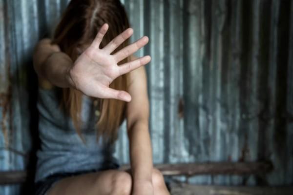 Φρίκη στη Βρετανία: 32χρονος πατέρας εξανάγκαζε 11χρονο κοριτσάκι σε ερωτικές πράξεις με το σκυλάκι της!