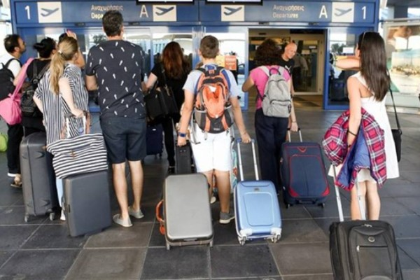Τουρισμός: Οι Βρετανοί ετοιμάζουν διαβατήριο εμβολιασμού για τις διακοπές τους στην Ελλάδα