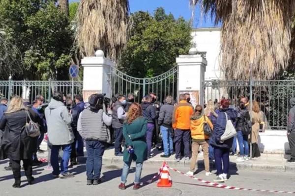 Έγκλημα στη Μακρινίτσα: Οργή έξω από τα δικαστήρια του Βόλου