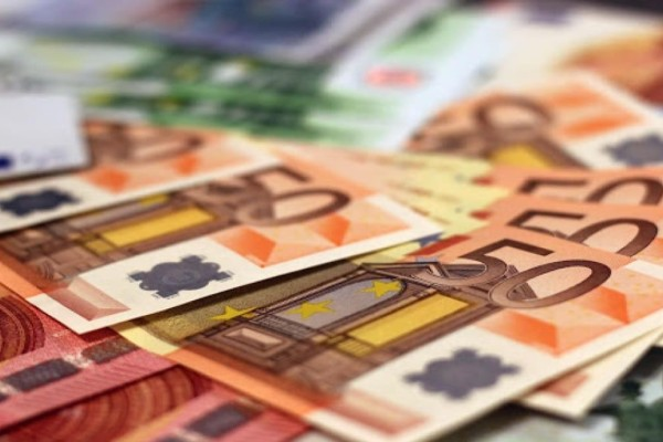 «Βρέχει» λεφτά: Δώρο Πάσχα, ενοίκια, voucher και έξτρα επίδομα σε μικρομεσαίους επιχειρηματίες (Video)
