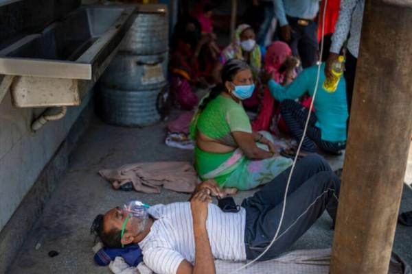 Η Ινδία στο έλεος του κορωνοϊού: Πεθαίνουν πολίτες στους δρόμους (videos)