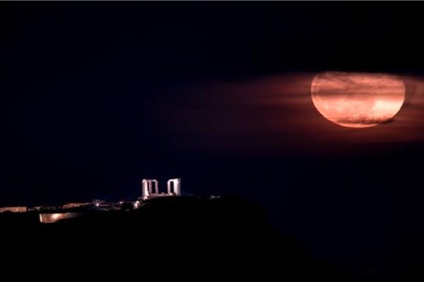 Η Ροζ Πανσέληνος στον αττικό ουρανό: Καθηλώνουν οι εικόνες με φόντο το Σούνιο
