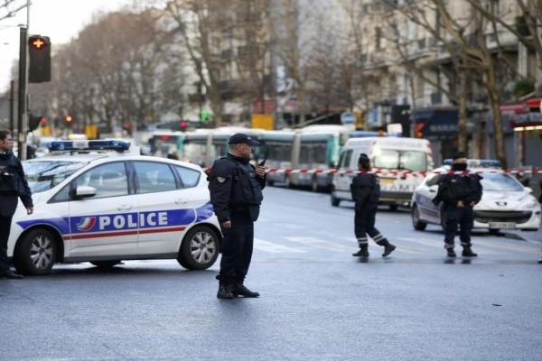 Συναγερμός στο Παρίσι: Νεκρή γυναίκα αστυνομικός έπειτα από επίθεση με μαχαίρι (Video)