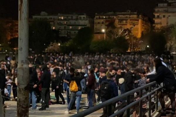 Χαμός στη Θεσσαλονίκη: Κορωνοπάρτι στο ΑΠΘ - Η πλειονότητα δεν φορούσε μάσκα