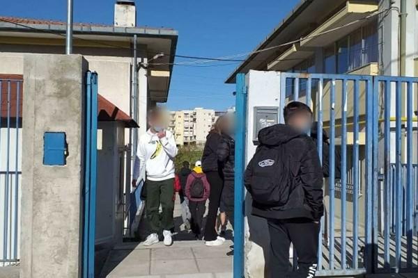 Θεσσαλονίκη: «Χώθηκε» στην τάξη ο μαθητής χωρίς self test - Συνεχίζονατι τα ευτράπελα στο 1ο ΓΕΛ Θέρμης (Video)