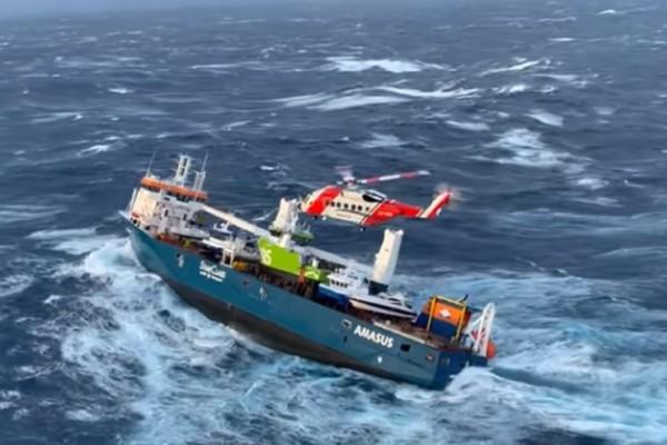 Πλοίο κινδυνεύει να βυθιστεί - Δραματικές στιγμές στη θάλασσα της Νορβηγίας (Video)