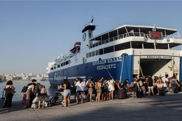 Πλώρη για τα νησιά! Αυξημένη η κίνηση στο λιμάνι του Πειραιά - Με τις βεβαιώσεις ανά χείρας οι ταξιδιώτες (Video)