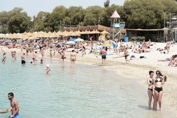 Άρση μέτρων: «Πλημμύρισαν» οι παραλίες της Αττικής - «Έφοδος» των Αθηναίων στις πλαζ (Video)