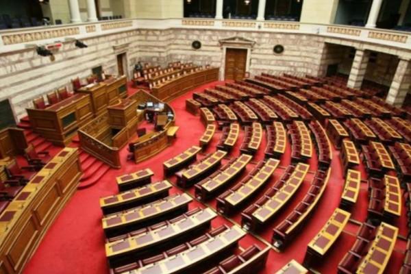 Έδιωξαν μητέρα ανήλικων παιδιών των 800 ευρώ απο τη Βουλή για να πάρουν την γυναίκα του Κουμουτσάκου με 1750 ευρώ - Η αντίδραση Κουμουτσάκου