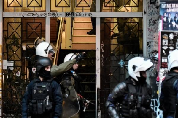 Συναγερμός στου Ψυρρή: Επιχείρηση εκκένωσης κτιρίου που τελεί υπό κατάληψη (Video)