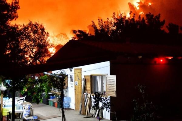Φωτιά στον Σχίνο Κορινθίας: Εκκενώνονται κι άλλοι οικισμοί - Νύχτα κόλαση για τα Μέγαρα