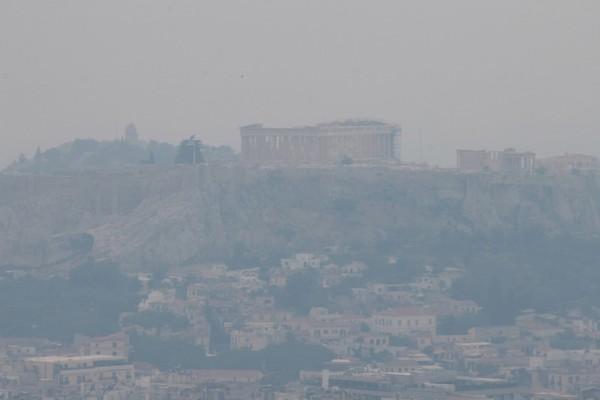 Φωτιά στον Σχίνο Κορινθίας: Ο καπνός έκρυψε την Ακρόπολη - Εικόνες σοκ