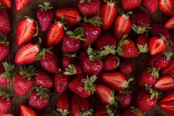 Αυτό είναι το φοβερό κόλπο στις φράουλες για να είναι φρέσκιες και να βγάζεις εύκολα το κοτσάνι