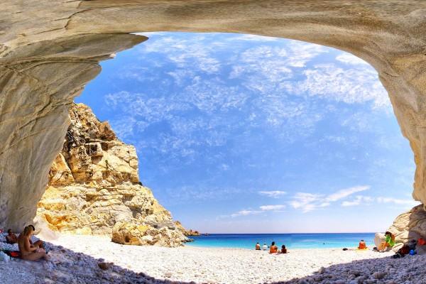 H παραλία στην Ικαρία με τα κυανά νερά, την λευκή άμμο και τους εντυπωσιακούς βράχους!