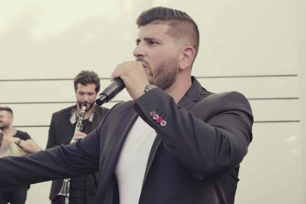 Ο Νίκος Χαρδαλιάς τραγουδάει «Θέλουμε Να Βγούμε»