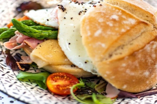 9+1: Τα καλύτερα μαγαζιά για brunch στον Πειραιά σας περιμένουν να τα γευτείτε!