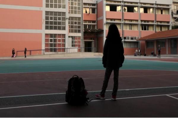 Ανάβυσσος: Σοκάρουν οι αποκαλύψεις για τον σαρδανάπαλο δάσκαλο - Τα ερωτικά μηνύματα που έστελνε στις ανήλικες