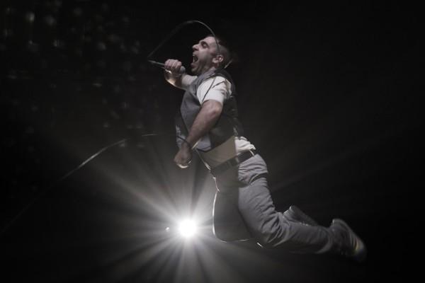 Το Θείο Τραγί του Άρη Μπινιάρη για λίγες ακόμα παραστάσεις σε on demand προβολή