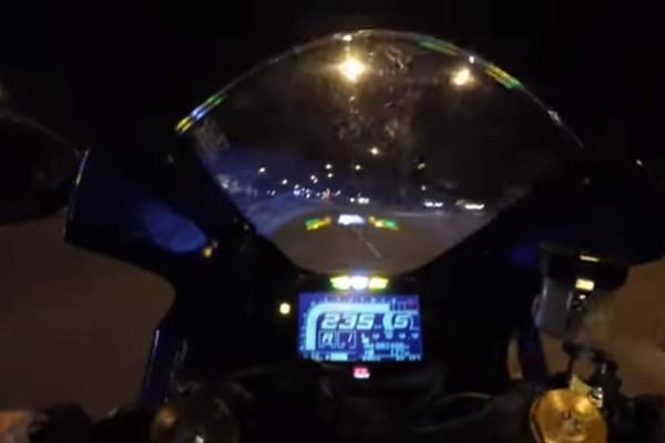 Βίντεο σοκ από κάμερα ασφαλείας: Καρφώθηκε με την μηχανή του με 140 χλμ. πάνω σε φορτηγό
