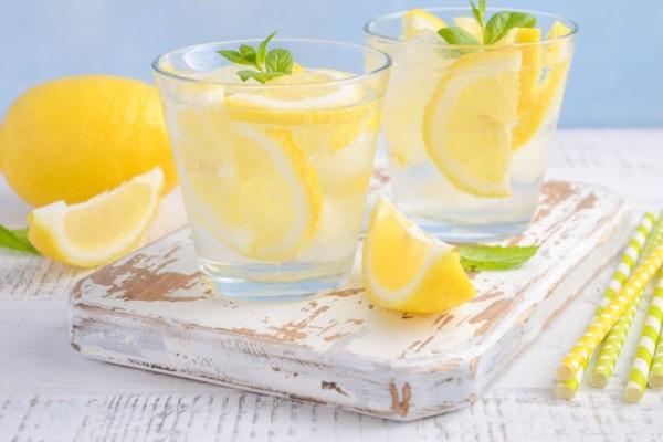 Νερό με λεμόνι: Είναι θαυματουργό - Τι συμβαίνει στον οργανισμό σου όταν το πίνεις
