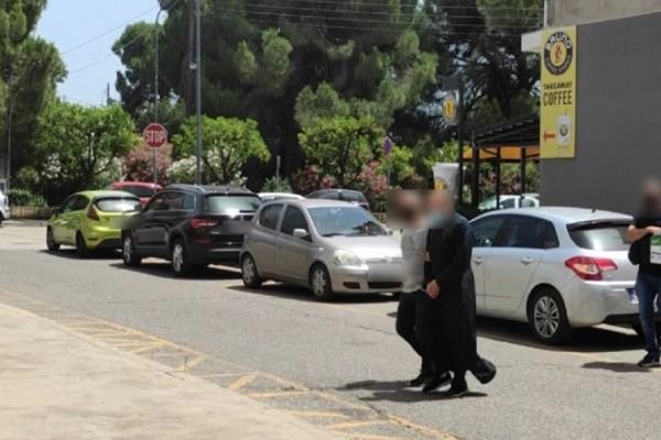 """Αγρίνιο: Kατέθεσε υπέρ του ιερέα η μητέρα των κοριτσιών που τον κατήγγειλαν για βιασμό! Οι """"γυμνές πλάτες"""" και η προφυλάκιση! (Video)"""