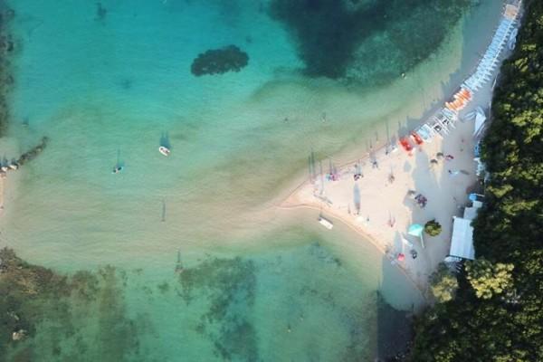 Η εξωτική παραλία με τη ροζ άμμο δεν βρίσκεται σε νησί αλλά στην ηπειρωτική Ελλάδα!