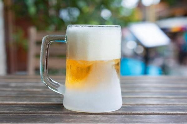 Το απόλυτο τρικ: Πάγωσε την μπίρα σου μέσα σε 2 λεπτά (Βίντεο)