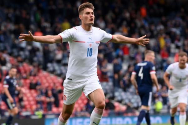 Euro 2020: «Πάρτι» Τσεχίας με ένα από τα καλύτερα γκολ που έχουμε δει στη διοργάνωση! Το κάρφωσε από το κέντρο (Video)