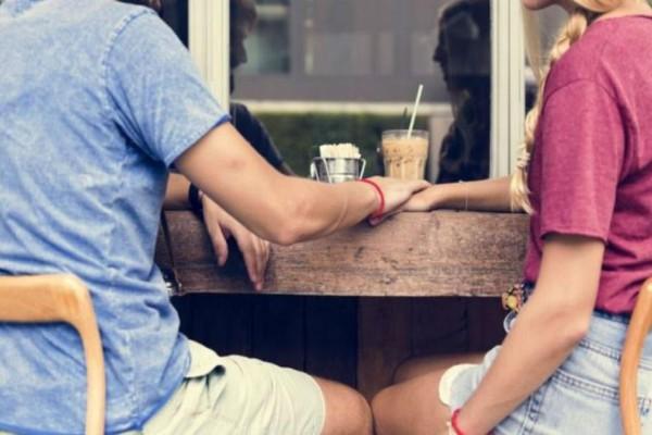 Γλώσσα του σώματος: «Αυτά είναι τα 5 σημάδια που δείχνουν ότι ένας άντρας σε θέλει»