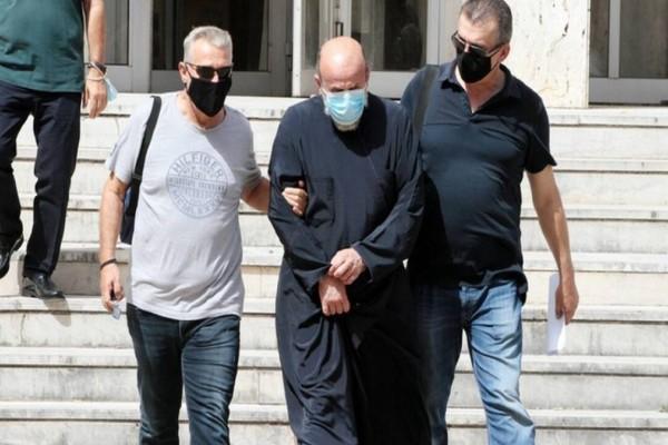 Αγρίνιο: Συγκέντρωση κατά του ιερέα που κατηγορείται για βιασμό ανηλίκων