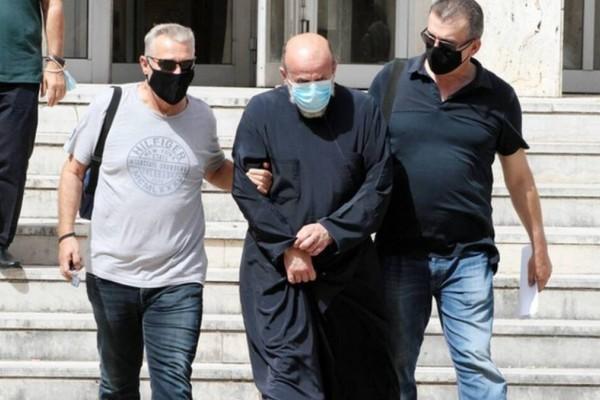 Αγρίνιο: Ανατριχίλα με τις πράξεις του βιαστή ιερέα - Κακοποιούσε τα παιδιά μέσα σε κοινόβιο