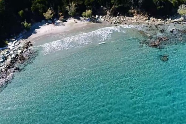 Βόρεια Εύβοια: Η κρυφή παραλία που μοιάζει με πισίνα (Video)