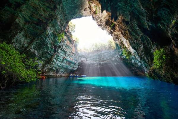 Μελισσάνη: Βόλτα σε μια από τις πιο εντυπωσιακές λίμνες του κόσμου που βρίσκεται στην Κεφαλονιά