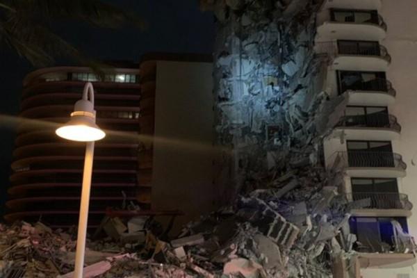 Μαϊάμι Μπιτς: Κατέρρευσε τμήμα πολυώροφου κτιρίου - Φόβοι για νεκρούς και εγκλωβισμένους