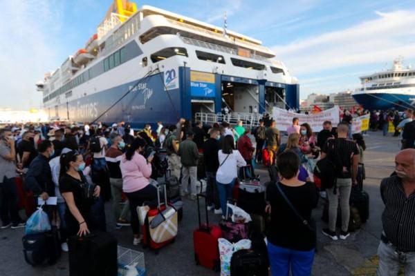 Λιμάνι Πειραιά: Ανεστάλη η απεργία - Αναχωρούν για τα νησιά τα πλοία μετά το φιάσκο